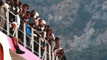 Des migrants secourus par un navire de Médecins sans Frontières arrivent au port de Salerne, au sud de Naples (Italie), le 14 juillet 2017