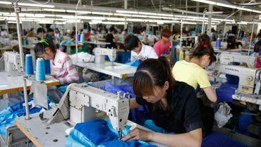 Des travailleurs photographiés le 13 mai 2011 dans une usine d'habillement de Tangshan en Chine.