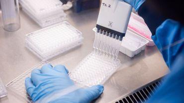 """AstraZeneca annonce à son tour des retards dans la livraison de ses vaccins: """"profond mécontentement"""" de la Commission europénne"""