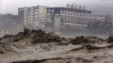 Des eaux boueuses envahissent les rues de Beishuan, le 9 juillet 2013, dans la province du Sichuan