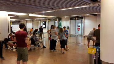 Alerte à la bombe à Brussels Airport: fouilles après la découverte d'écrits suspects