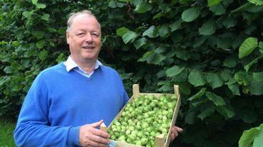 Malgré les conditions climatiques défavorables, Christian Gustin, producteur de fruits à Hannèche, est fier de présenter sa récolte de noisettes fraîches.