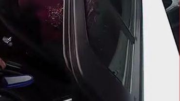 Une femme enceinte de 8 mois se fait plaquer violemment au sol par la police