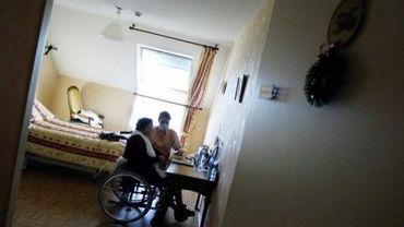 Une employée de maison de retraite médicalisée avec un pensionnaire