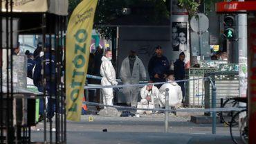 Un homme âgé de 20 à 25 ans, de taille moyenne (1,70 m), est recherché. Il portait un chapeau clair et des tennis noires, selon la police.