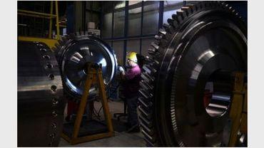 Un employé de Siemens dans une usine du groupe allemand à Berlin