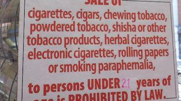 Une pancarte dans un bureau de tabac new-yorkais annonçant l'interdiction de vendre aux moins de 21 ans, le 18 mai 2014