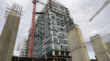 Photo d'un chantier à l'arrêt dans la capitale libanaise Beyrouth, avec en deuxième plan un immeuble en construction, le 26 novembre 2018