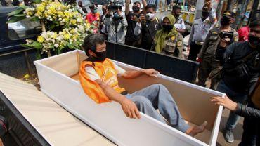 Coronavirus en Indonésie: les anti-masques priés de s'allonger dans un cercueil pour éviter l'amende