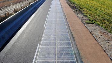 La route solaire se trouve sur une départementale, dans un petit village de Normandie.