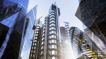 Exposition multiple de gratte-ciels futuristes dans la ville de Londres