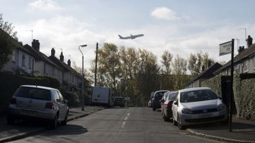 Un avion en vol près de l'aéroport d'Heathrow