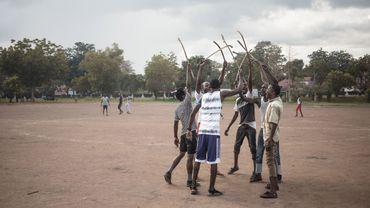 Des joueurs de Ngbaba célèbrent leur victoire, à Bangui (Centrafrique).