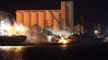 Incnedies dans le port de Tripoli bombardé par l'Otan