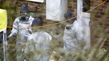 Des enquêteurs britanniques devant la maison de Sergueï Skripal à Salisbury, en Angleterre, le 26 mars 2018