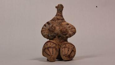 Déesse mère, sans doute déesse de la fertilité. Récupérée des Pays-Bas en 2010. Pierre datant du Néolithique, environ 5000 av. J.-C.