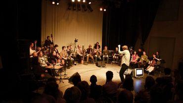 Augustin Bellefroid est seul face à une vingtaine d'artistes assis en demi-cercle