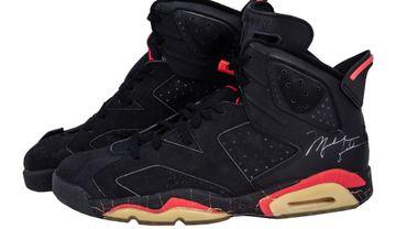 Une paire d'Air Jordan High Top Sneakers, signées et portées par Michael Jordan, est estimée entre 500.000 et 750.000 dollars.