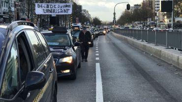 Bruxelles: les taxis manifestent en un cortège funèbre symbolique ce mardi