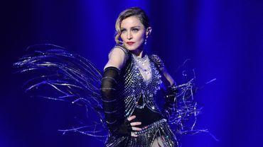 Madonna en tenue de showgirl créée par Jeremy Scott for Moschino pour la tournée Rebel Heart World Tour