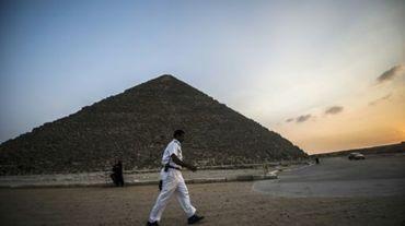 Un policier egyptien passe devant la pyramide de Cheops en Egypte, le 9 novembre 2015
