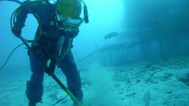 Cette photo fournie par la NASA, montre un plongeur s'entraînant à extraireun prélèvement du sol sous l'eau, comme le ferait un astronaute pour collecter des éléments sur une autre planète, en Floride aux Etats-Unis, le 11 juin 2012