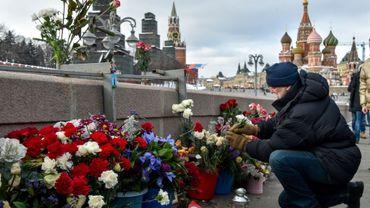 Des fleurs déposées dimanche 25 février 2018 à Moscou devant l'immeuble où a été tué l'opposant Boris Nemtsov il y a trois ans