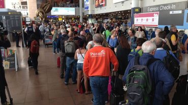 Suite aux nombreuses annulations, les files de passagers sont très importantes devant les guichets du hall des départs de l'aéroport de Zaventem ce mercredi.