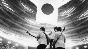 Les Beatles montant sur scène au Budokan