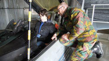 Les jeunes étaient invités à monter à bord d'un cockpit de F16.