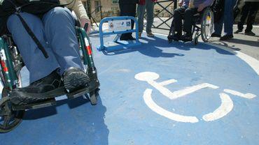 """L'ouvrage, intitulé """"Handicap & Logement. Trouver ou créer son logement inclusif en Belgique"""", aide les personnes avec un handicap ou leurs parents à se poser les bonnes questions, à trouver des partenaires intéressants et à évaluer les forces et les faiblesses des différentes formules de logement."""