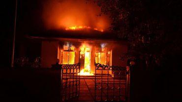 Un bâtiment de la police en proie aux flammes à Addu City