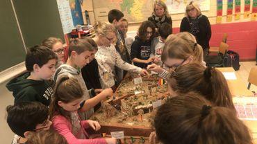 Les élèves de 6ème primaire de l'école Communale d'Herchies (Jurbise) ont réalisé une maquette représentant les tranchées de 14-18