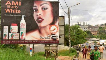 Une publicité pour des cosmétiques blanchissants à Abdijan en Côte d'Ivoire, le 15 mars 2018