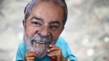 Présidentielle au Brésil: même en prison, Lula reste en tête des sondages