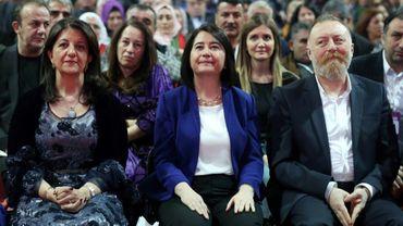 L'ex-coprésidente du parti pro-kurde HDP Serpil Kemalbay (au centre)