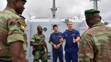 La marine ivoirienne en formation avec des garde-côte américains lors d'un exercice anti-piraterie au large d' Abidjan, le 25 août 2016