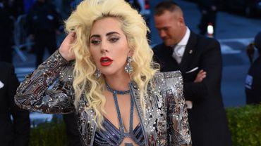 Lady Gaga a choisi un mini-short signé Atelier Versace pour assister au gala du Met à New York