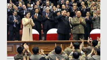 Le leader nord-coréen Kim Jong Un (c) accompagné de son épouse Ri Sol Ju (en beige), le 29 octobre 2012 à Pyongyang