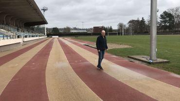 Serge Moreaux, le directeur technique du Sambre et Meuse athlétique club, foule pour la dernière fois le vieux tartan de la piste de Jambes.