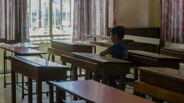 Un élève dans la classe vide de l'école Notre-Dame-de-Lourdes, où il est venu récupérer ses affaires, à Zahlé, dans le centre du Liban, le 30 juin 2020