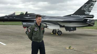 Le commandant Stefan Darte, alias Vador, devant son F-16, alias Dark Falcon, à la base aérienne de Florennes, le futur pilote de démonstration F-16 aux meetings aériens pour les trois prochaines années