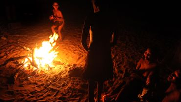Les veillées autour du feu ont façonné les sociétés humaines, affirme une étude