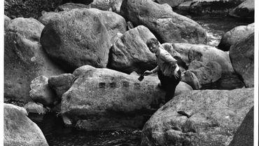 Peinture à l'eau sur les pierres, 1998, Vallée Hakone, par Lee Ufan.