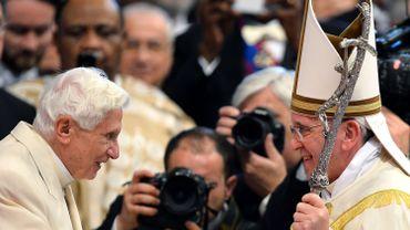 C'est la première fois que Joseph Ratzinger, qui vit retiré au Vatican, participe à une grande cérémonie publique.
