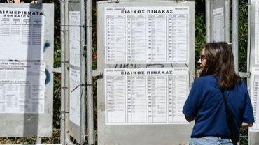 Une femme devant les affichages électoraux dans une rue d'Athènes, le 16 juin 2012 à la veille des législatives en Grèce