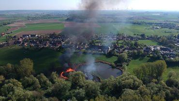 Imprudence ou malveillance? 600 m2 de roseaux en flamme en bordure des étangs de Strépy: une catastrophe pour la nature