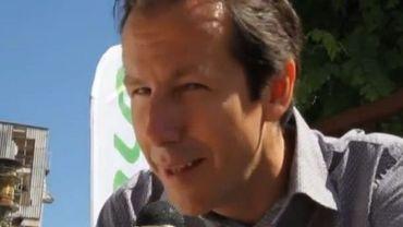 Jean-Michel Javaux poussant la chansonnette pour son bal à Amay