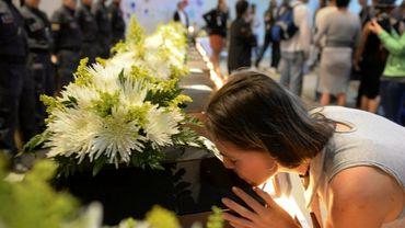 Les dépouilles de 14 victimes de la guerre civile sont remises à leurs familles, le 17 novembre 2016 à Medellin, en Colombie