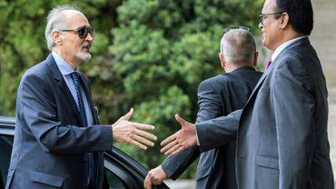 L'ambassadeur syrien aux Nations Unies Bachar al-Jaafari est accueilli à son arrivée à Genève, pour un septième round de négociations de paix, le 10 juillet 2017